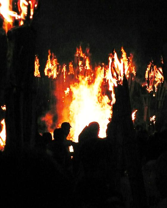中央左寄りのキャップをかぶった男性と比較するとその炎の大きさがわかっていただけるのでは