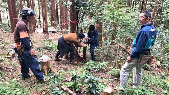 椎茸の原木をセットする儀式