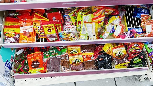 お菓子の棚も赤いのばかり!