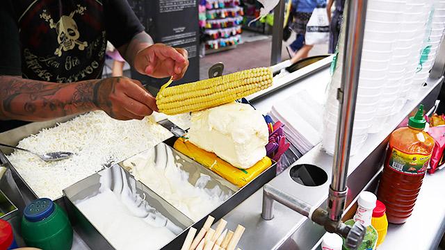 トウモロコシにバターを塗って、