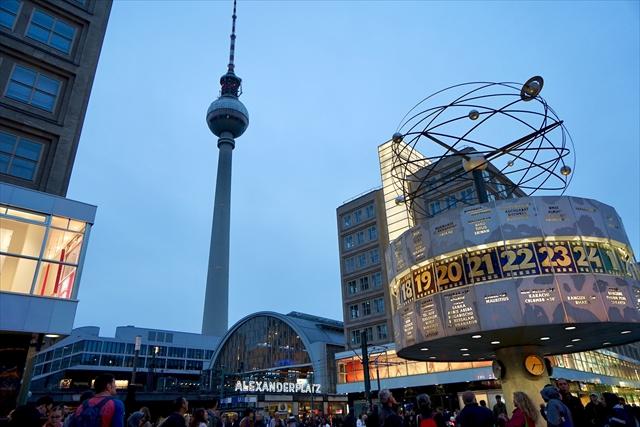 旧東ベルリン地区のアレクサンダー広場駅は社会主義時代の建造物がたくさん