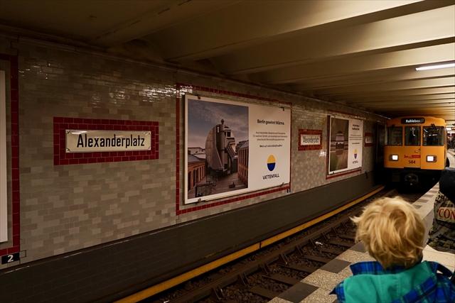旧東ベルリンの駅から地下鉄に乗り……