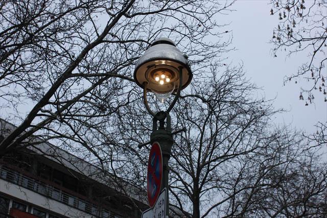 そして旧西ベルリンの街灯を見上げる