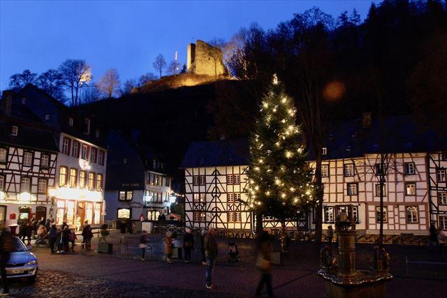 西部ドイツの小さな街モンシャウは、まるでおとぎの国。廃墟がライトアップで浮かび上がり、メルヘン度が倍増