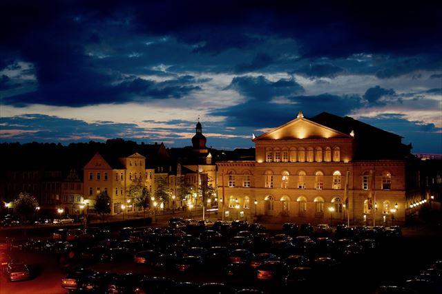 南部ドイツ・バイエルン州のコーブルクにある州立劇場。ライトアップが雲の流れと相まって劇的効果倍増