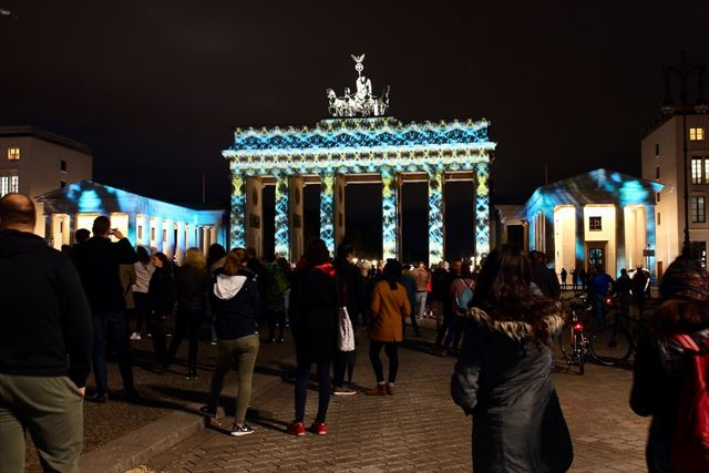 ベルリン名所ブランデンブルク門が、花柄や幾何学模様に次々と変身