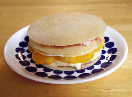 「柿と生ハムとクリームチーズのソースせんべいミルフィーユ」