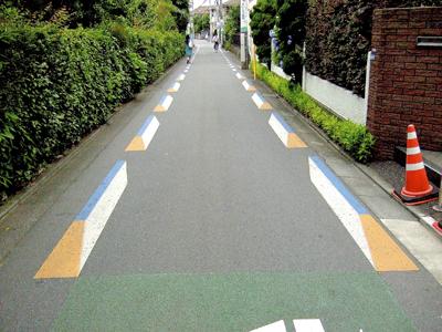 路上トリックアートによる交通安全 自動車にスピードを出させないためか、縁石に似せた路上ペイントが